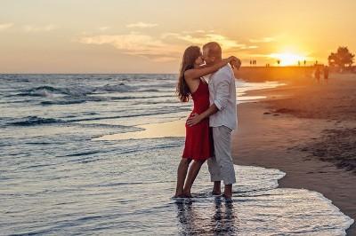 Die Urlaubsbekanntschaft wird zur großen Liebe! Ein Englisch-Flirtsprachkurs hilft beim ersten Kennenlernen.