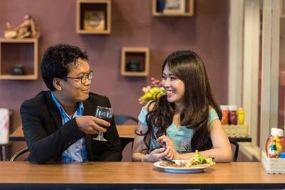 Mit guten Englisch-SmallTalk Kenntnissen lernst du im Ausland schnell neue Leute und Bekanntschaften kennen.
